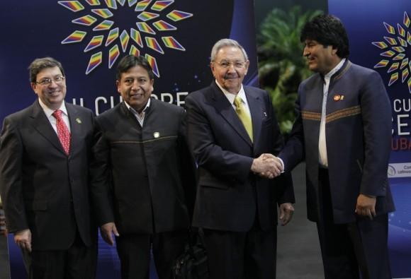 Raúl Castro y Evo Morales, Presidente de Bolivia, en el recibimiento a mandatarios de CELAC. Foto: Ismael Francisco/Cubadebate