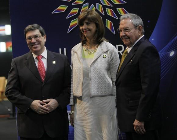 Raúl Castro y María Angélica Holguín, Canciller de Colombia, en el recibimiento a mandatarios de CELAC. Foto: Ismael Francisco/Cubadebate