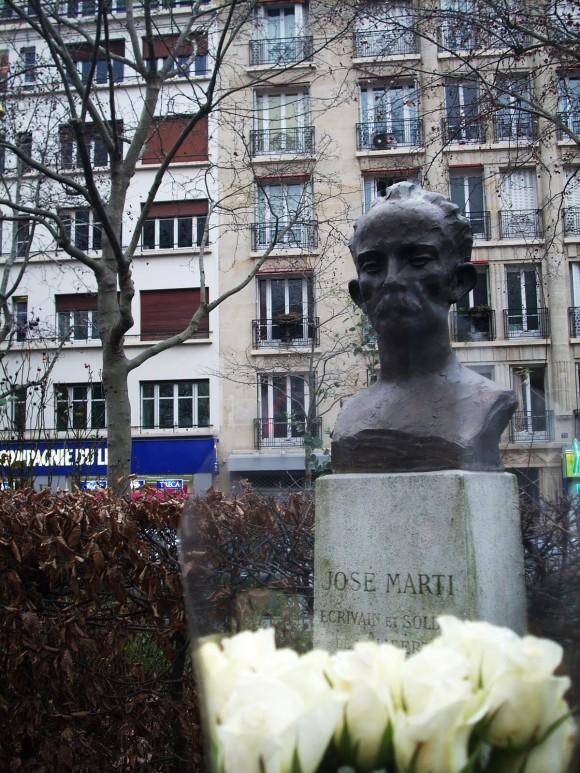 Rosas Blancas para José Martí en su monumento en el parque de America latina en el barrio 17 de París, Francia. Foto: Francisco Rivero