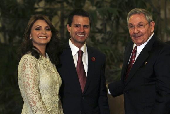 Raúl Castro saluda al presidente mexicano Enrique Peña Nieto, y su esposa Angélica Rivera, en el Palacio de la Revolución de La Habana. Foto: Ismael Francisco/ Cubadebate