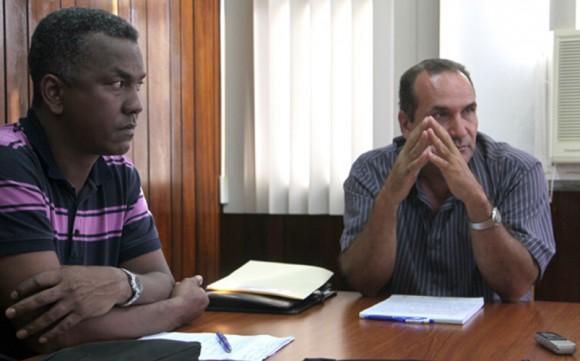Rolandon Ovens Lozano (izquierda) director de la UEB de La Habana y Ricardo Damián Fernández Reyes, directorgeneral de la empresa Viajeros. Foto: Ismael Francisco/CUBADEBATE
