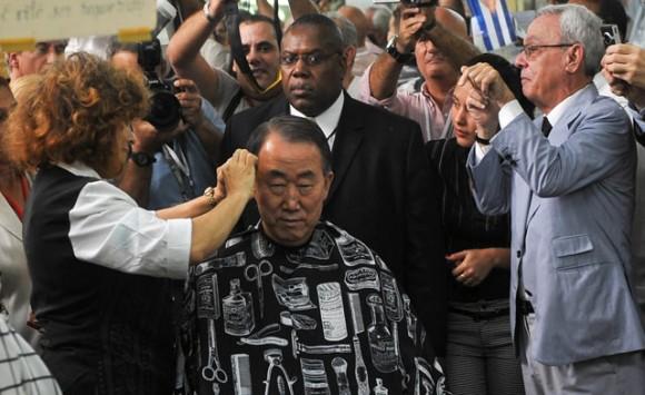 El Secretario General de la ONU, Ban Ki-moon se corta el pelo en La Habana Vieja. Foto: AFP.