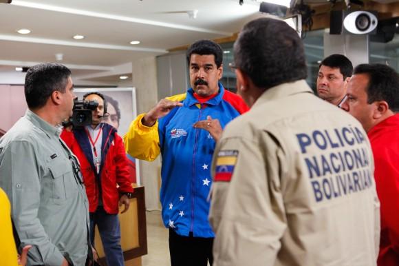 Maduro denuncia los planes violentos y expulsa a tres diplomáticos norteamericanos