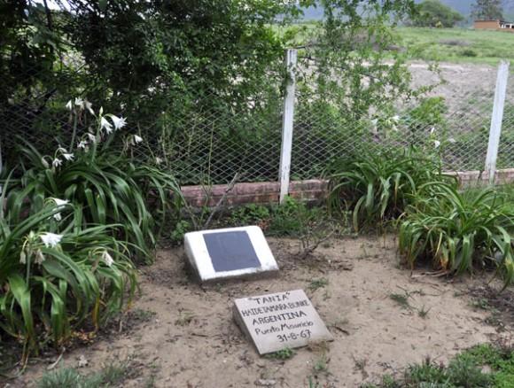 """A dos kilómetros de la pista de aterrizaje encontraron una fosa donde estaba sepultada Tamara Bunke, """"Tania la guerrillera"""", entre otros compañeros. Foto: Kaloian."""