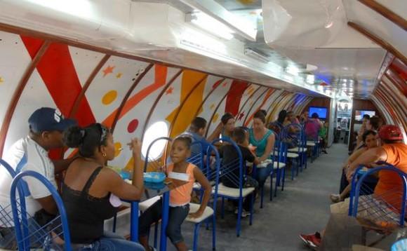 Un avión convertido en un establecimiento de venta de helados, es uno de los atractivos del parque, Lago de los Sueños, abierto al público tras la culminación de su primera etapa de ejecución, en la provincia de Camagüey, Cuba, el 8 de febrero de 2014.   AIN FOTO/Rodolfo BLANCO CUÉ/