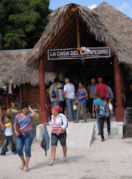 Restaurante La Casa del Campesino, en el Parque El Lago de los Sueños, en Camagüey, el 8 de febrero de 2014. AIN FOTO/ Rodolfo BLANCO CUE