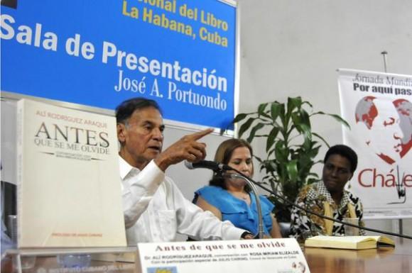 Alí Rodríguez Araque (I), abogado y político venezolano, interviene durante la presentación de su libro Antes de que se me olvide. AIN FOTO/Roberto MOREJÓN RODRÍGUEZ.