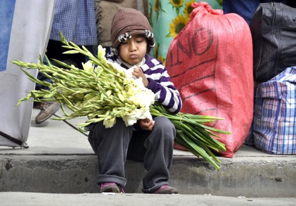 Niño con flores en la terminal de Cochabamba. Foto: Kaloian.