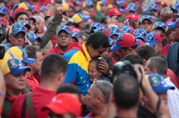 Vicepresidente Nicolas Maduro abraza a abuela en marcha por el 4F. Foto: Archivo.