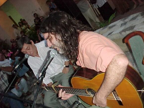 """Santiago Feliú y Noel Nicola en """"A guitarra limpia"""", del Centro Pablo. Foto: Centro Pablo."""