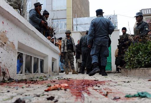 Unos restos de sangre, en el escenario de un atentado suicida perpetrado cerca de una mezquita de Herat (Afganistán) el 24 de enero de 2013 (AFP/Archivos, Aref Karimi)