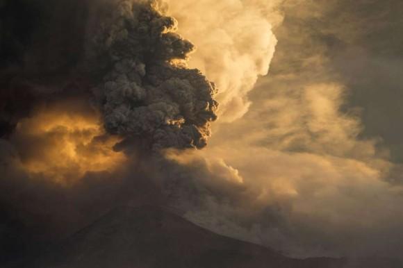La Secretaría Nacional de Gestión de Riesgo informó de la declaración de la alerta naranja en las provincias de Tungurahua y Chimborazo, en el centro andino del país, por el incremento de la actividad del volcán Tungurahua Foto: C. T. OLIVARES / Reuters