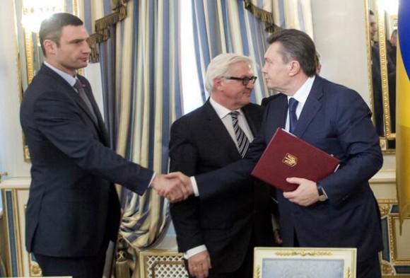 Yanukovich (derecha) se da la mano con el líder de la oposición Klitschko. Foto: Reuters