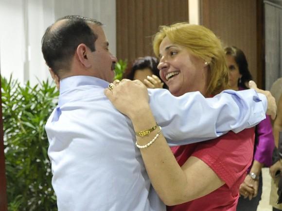 Fernando se abrazo con Elizabeth Palmeiro, esposa de Ramón, uno de los Cinco Héroes aun preso en EEUU. Foto. Estudios Revolución