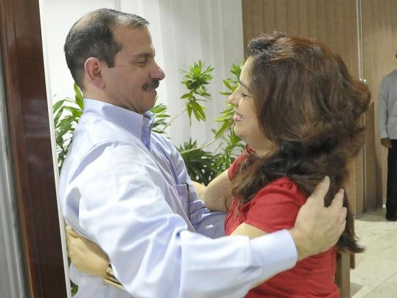 Fernado junto Adriana, la esposa de Gerardo Hernández, héroe cubano condenado injustamente a dos cadenas perpetuas en EEUU. Foto: Estudios Revolución
