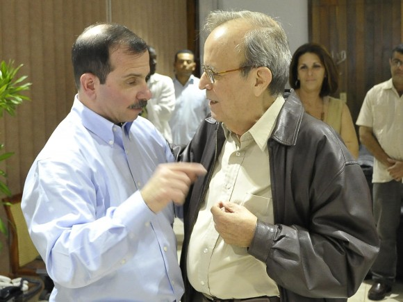 Fernando conversa con Ricardo Alarcón de Quesada, un tenaz batallador por la causa de Los Cinco.