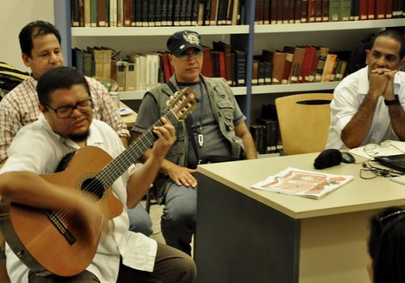 El trovador Eduardo Sosa, compartió su música con los presentes. Foto: Roberto Garaycoa / Cubadebate.