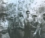 En la Comandancia de la Sierra Maestra. En el centro el Comandante en Jefe Fidel Castro y a su izquierda, con espejuelos, Julio Camacho Aguilera.Autor  Juventud Rebelde