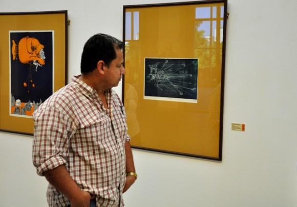 Falco, de frente a la exposición.  Foto: Roberto Garaycoa / Cubadebate.