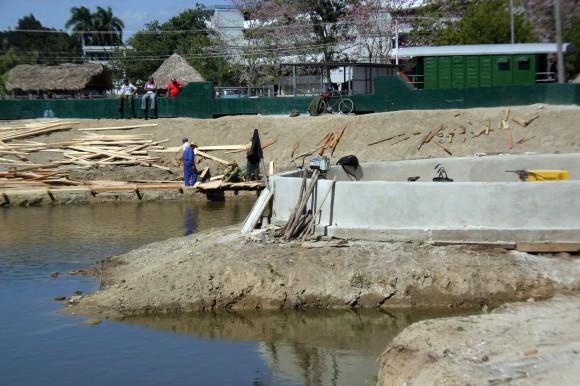 Momentos de la construcción del Malecón del Lago de los Sueños. 1 de febrero de 2014. Foto: Daylén Vega/Cubadebate