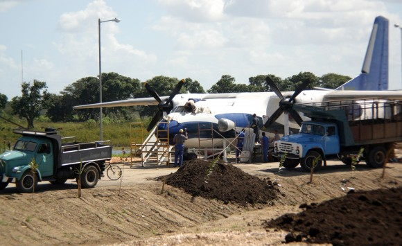 Acondicionando un vetusto avión para convertirlo en una cremería. Imagen del proceso constructivo del Parque Lago de los Sueños, 1 de febrero de 2014. Foto: Daylén Vega/Cubadebate