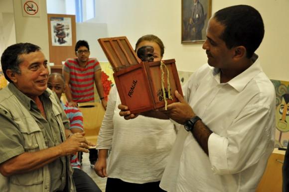 Adan recibe un muñeco  que se parece a él y a Laz. Foto: Roberto Garaycoa / Cubadebate.