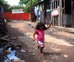 Una niña juega en los alrededores del vertedero Cateura. Foto: Elmundo.es