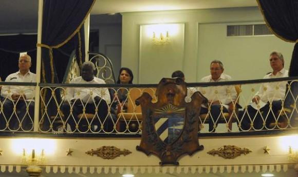 El General de Ejército Raúl Castro (segundo de der. a izq.), Primer Secretario del Comité Central del Partido Comunista de Cuba (CC PCC) y Presidente de los Consejos de Estado y de Ministros, durante la reapertura  del Teatro Martí, en La Habana,  el 24 de febrero de 2014.  AIN FOTO/Roberto MOREJÓN RODRÍGUEZ/