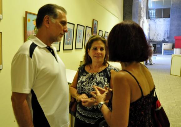 Rene González y Olga Salanueva junto a Marina Menéndez, directora de Juventud Rebelde. Foto: Roberto Garaycoa / Cubadebate.