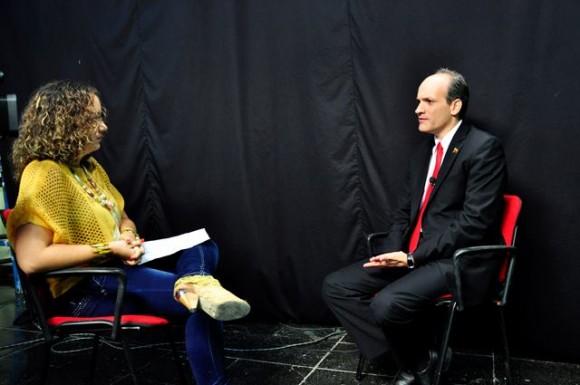 El Ministro Ricardo Menéndez durante la entrevista realizada en el estudio de la Mesa Redonda.