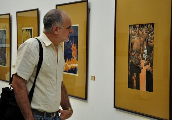 Ricardo Ronquillo, admirando la obra. Foto: Roberto Garaycoa / Cubadebate.
