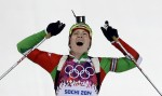 La belarusa Darya Domracheva celebra su victoria en el Biatlón Femenino a 12.5 km, lo que representa su tercera medalla dorada en los Juegos Olímpicos de Invierno Sochi 2014. LA atleta fue nombrada hoy Heroína de Bielorrusia, la mayor orden de su país, según anunció el presidente Alexander Lukashenko. Foto: AP Photo/Kirsty Wigglesworth