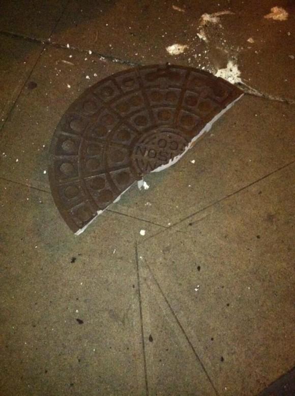 El usuario @ DavidClinchNews documenta  que tras la explosión voló esta tapa de alcantarilla partida por la mitad. Foto: Twitter