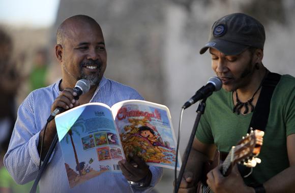 Alexis Díaz Pimienta y Luis Barbería interpretaron versos del libro ¿Qué me cuentas, Chamaquili?. Foto: Ladyrene Pérez/Cubadebate.