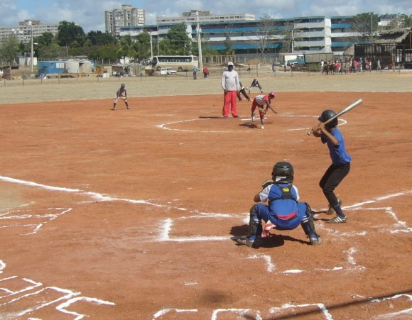 Los pequeños estrenaron el beisbolito, una de las áreas deportivas de El Lago de los Sueños, Camagüey. Foto:  Rafael Cruz Ramos/Cubadebate