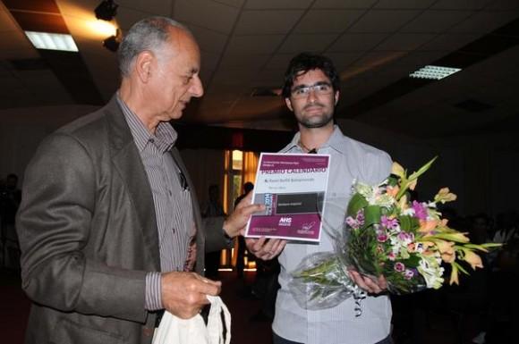 El ministro de cultura, Rafael Bernal (I), hace entrega a Karel Bofill Bahamonde, del premio Calendario 2013 en la categoría Poesía. Foto: Omara García Mederos / AIN.