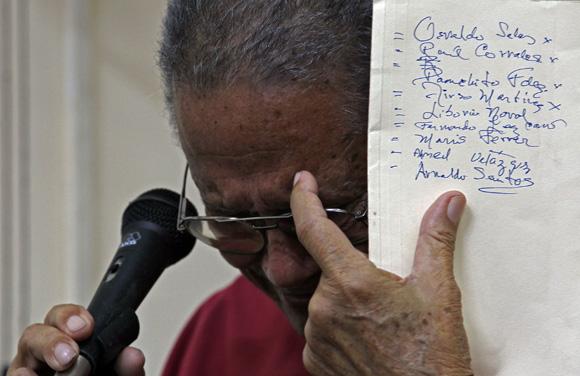 Santiago, emocionado, recordó los nombres de los fotorreporteros que lleva en su memoria. Foto: Ismael Francisco/Cubadebate.