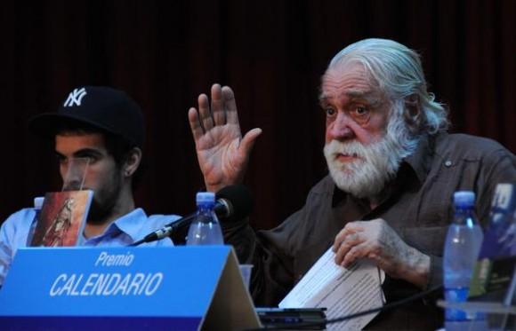 Daniel Chavarría (D), Premio Nacional de Literatura, durante la presentación de los Premios Calendario 2012. Foto: Omara García Mederos / AIN.