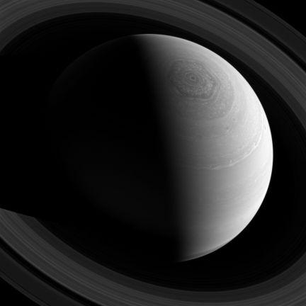 La NASA publica una foto tomada por la sonda espacial del extraño vórtice de forma hexagonal que se encuentra en el polo norte de Saturno.