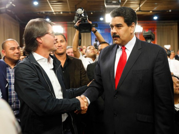 El Presidente Nicolás Maduro saluda a Lorenzo Mendoza, Presidente de Empresas Polar en la Conferencia de Paz (Foto: Prensa Miraflores)