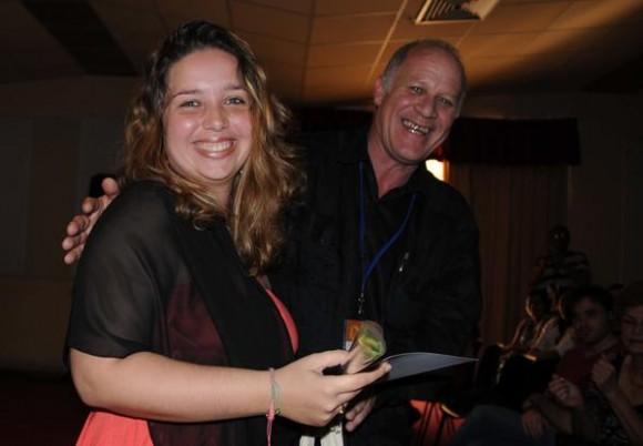 El viceministro de Cultura de Cuba, Fernando Rojas, hace entrega a la escritora Elaine Vilar Madruga, de una mención en la categoría de teatro, durante la ceremonia de entrega de los Premios Calendario. Foto: Omara García Mederos / AIN.