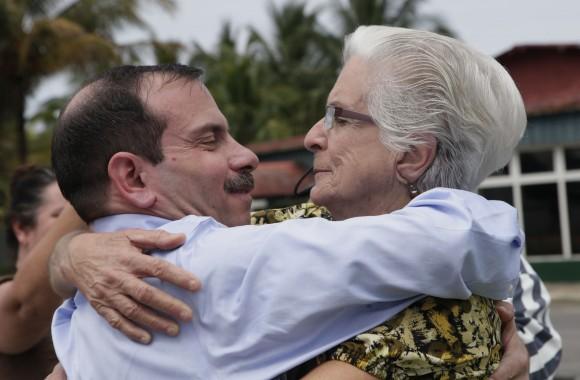 Abrazo fraternal entre Fernando y su madre. Foto: Ismael Francisco/Cubadebate