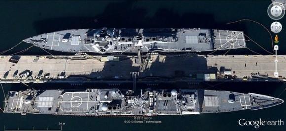 Un destructor lanzamisiles de la clase Arleigh Burke y un crucero de misiles de la clase Ticonderoga en la base naval de San Diego (California).