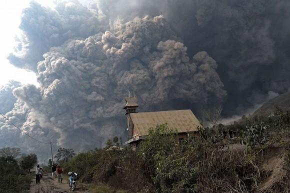 Al menos 14 personas murieron el sábado engullidas por las nubes de ceniza caliente que lanza el volcán Sinabung, en la isla de Sumatra, en el oeste de Indonesia.