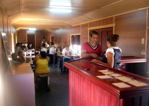 Interior del vagón restaurante. Parque Lago de los Sueños, Camagüey, 8 de febrero de 2014. Foto:  Rafael Cruz Ramos/Cubadebate