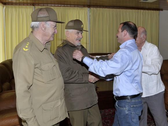 Fernado González saluda al Comandante de la Revolución Ramiro Valdez y otros dirigentes de la Revolución.