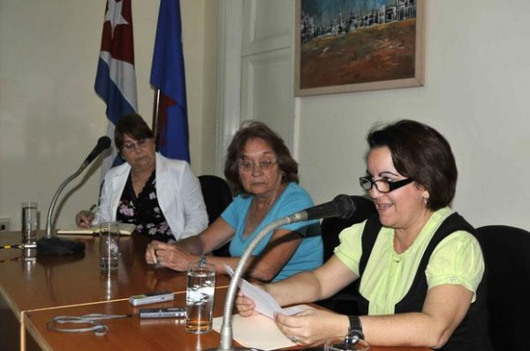 Juana Carrasco (C), presidenta del Jurado del Premio Nacional de Periodismo José Martí y del Anual Juan Gualberto Gómez, de la Unión de Periodistas de Cuba (UPEC), y las periodistas Zenaida Ferrer (I) y Belkis Pérez Cruz (D), durante la jornada de inicio de las  sesiones de trabajo del Jurado de los Premios Nacionales de Periodismo de Cuba, en la sede de la UPEC, en La Habana, el 18 de febrero de 2014.  AIN FOTO/Roberto MOREJÓN RODRÍGUEZ/