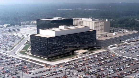 El especialista en ciberguerra y vigilancia Michael S. Rogers fue nombrado próximo jefe del servicio de inteligencia estadounidense NSA. ¿Disminuirá la recopilación de datos bajo su égida? Aquí la sede de la NSA en Virginia. Foto: DW
