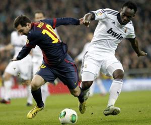Messi y Essien, en el partido de ida de semifinales de la Copa del Rey de 2013. Foto: Claudio Álvarez.