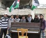 """Joven toca el piano en campo de refugiados en Damasco para """"aliviar el sufrimiento"""""""